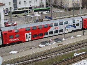 1200px-2018-02-22_(433)_ÖBB_26-33_001-0_at_Bahnhof_Krems_an_der_Donau,_Austria.jpg